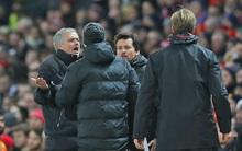 Mourinho và Klopp cãi nhau ỏm tỏi khiến trọng tài phải can ngăn