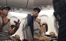 Hãng hàng không Mỹ dọa tống khách vào tù và cướp con nếu không chịu nhường ghế trên máy bay