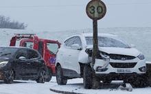 """Giao thông Anh """"thất thủ"""" vì tuyết rơi kết hợp gió bão"""