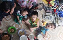 Người mẹ bán vé số vừa thất lạc đứa con út 3 tuổi đang mưu sinh nuôi 11 đứa con giữa Sài Gòn