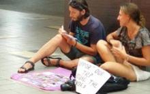 Làn sóng du khách phương Tây tới các nước châu Á xin tiền đi du lịch bị chỉ trích gay gắt