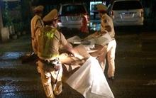 CSGT dầm mưa dọn dẹp thùng giấy cát-tông đổ ra đường gây tai nạn
