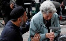 Bức ảnh người đàn ông Hồi giáo an ủi người phụ nữ Do thái sau vụ nổ kinh hoàng ở Anh gây xúc động mạnh