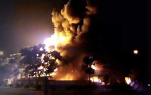Cháy lớn tại khu công nghiệp Nội Bài lúc nửa đêm, huy động hàng chục xe cứu hỏa tới dập lửa
