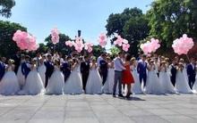 """Chùm ảnh: 40 cặp cô dâu chú rể """"đại náo"""" phố đi bộ hồ Gươm, tổ chức chụp ảnh cưới tập thể"""