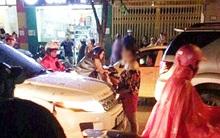 Hà Nội: Vợ ôm con gào thét rồi ngất xỉu khi bắt quả tang chồng cặp kè với nhân tình trên xe
