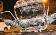 Tài xế tháo chạy khỏi chiếc xe tải bốc cháy nghi ngút trên đường phố Sài Gòn