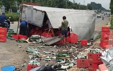 Bình Dương: Xe tải cày nát thành cầu rồi lật ngang đường, người dân đến thu gom bia giúp tài xế