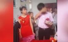Hình ảnh chú rể mặt buồn rười rượi khi trao của hồi môn cho cô dâu khiến dân mạng xôn xao