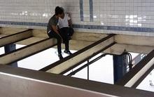 Thấy cô gái định tự tử, chàng trai liều mình trèo lên thanh dầm cao 6m để can ngăn khi người khác làm ngơ