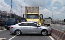 TP. HCM: Xe 4 chỗ bị container đâm ngang, tài xế cùng 2 người nước ngoài thoát chết trong gang tấc