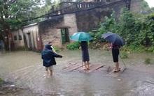 Hình ảnh nữ Bí thư kiêm Chủ tịch phường mặc váy, đứng trên bè cho dân kéo khi đi thị sát mưa lũ tại Thanh Hóa gây xôn xao