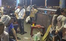 Người dân Đà Nẵng lập bàn thờ tạm trên cầu Thuận Phước, chờ tìm kiếm thi thể người đàn ông nhảy sông Hàn tự tử