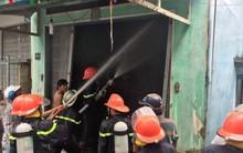 Người dân phá cửa cứu ông già mù trong căn nhà đang bốc cháy