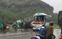 Xe khách nát bét đầu vì đối đầu xe tải, hành khách hoảng loạn