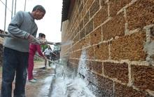 Hà Nội: 10 ngày sau lũ, người dân Tân Tiến rắc vôi bột trắng đường phòng bệnh dịch