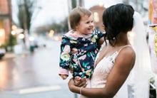 Khoảnh khắc đáng yêu của bé gái khi nghĩ cô dâu chính là công chúa trong cuốn truyện của mình
