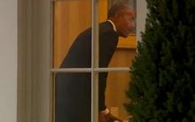 """Obama bị """"bắt gặp"""" để lại thư cho ông Trump trước khi rời Nhà Trắng"""