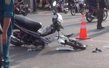 Xe máy rụng bánh sau va chạm, đôi nam nữ lọt dưới gầm xe tải