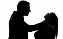 Cô gái bị người yêu đánh dã man vì chụp ảnh với trai lạ