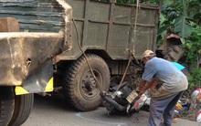 Xe máy cày nghiêng, hàng chục bao phân bón đổ xuống đè chết 2 mẹ con đi đường
