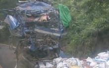 Xe tải chở thức ăn gia súc lao vào vách núi, 2 người tử vong