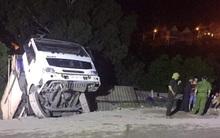 Xe tải lao xuống nhà dân, 3 hộ gia đình thoát chết trong gang tấc
