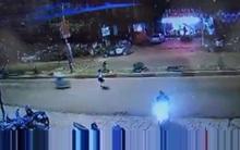 Sang đường không chú ý, cô gái bị xe máy tông văng hơn 10 mét