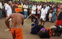 """Ấn Độ: Hàng ngàn cô gái trẻ bị đánh đập dã man để """"chữa bệnh"""""""