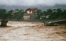Nước lũ mạnh làm sập cầu ở Yên Bái, ít nhất 2 người dân bị cuốn trôi