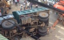 Lật xe tải chở đá đè chết người bán vé số