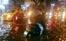 Trung tâm Sài Gòn lại ngập sâu vì mưa kết hợp triều cường, người dân ì ạch đẩy bộ xe chết máy về nhà