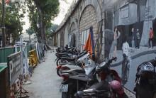 """Hà Nội: Dự án bích họa trên phố Phùng Hưng bị """"đắp chiếu"""", biến thành bãi gửi xe bất đắc dĩ sau 1 tháng triển khai"""