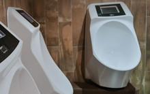 """Vào WC giải quyết """"nỗi buồn"""" mà vẫn được xem quảng cáo với loại bồn tiểu thời 4.0 này"""