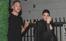 """Cao gần 1m80, thế mà Kendall Jenner lại nhỏ bé bất ngờ khi đi cạnh chàng bạn trai """"khổng lồ"""""""
