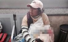 Người phụ nữ lấm lem ôm con trong bọc ni lông và câu chuyện đằng sau khiến ai cũng hoảng hốt
