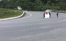 Cặp đôi ra giữa khúc cua tay áo chụp ảnh cưới cho chất, mặc kệ xe khách xe tải phi ầm ầm