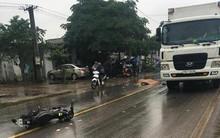 Va chạm xe máy, người đàn ông ngã văng ra đường bị xe container cán chết