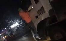 Clip: Người đàn ông kỳ lạ bám trên đầu xe container trong mưa lạnh