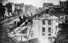 Nhiếp ảnh có lịch sử hàng thế kỷ rồi, vậy lần đầu tiên con người xuất hiện trong ảnh là khi nào?