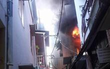 Phá cửa giải cứu người phụ nữ mắc kẹt trong căn nhà bốc cháy ở Phố Tây Bùi Viện