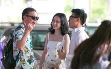 """Angela Phương Trinh tay bắt mặt mừng, ra sân bay đón đạo diễn """"Mùi Ngò Gai""""!"""