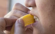 Răng trắng bóng chỉ sau 1 tuần nhờ biết tận dụng những thứ có sẵn trong nhà