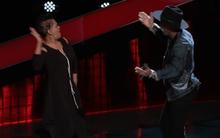 """The Voice Mỹ: Anh chàng 4 chọn bị mẹ xông lên sân khấu """"đuổi mắng"""" cực đáng yêu"""