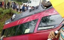 Xe khách chở hơn 10 người bị lật ngửa xuống ruộng, nhiều hành khách bị thương