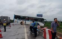 Hàng chục hành khách la hét thất thanh khi xe khách suýt lao xuống vệ đường sau tai nạn trên cao tốc Pháp Vân