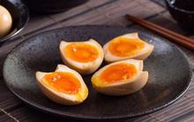 Học người Trung Quốc nghệ thuật luộc trứng với xì dầu cực ngon