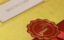 """Người trao phong bì của Oscar """"làm việc riêng"""" ngay trước thời khắc quan trọng nhất"""