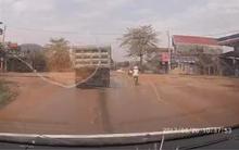 Hơn 10 km liên tục hú còi, nháy đèn pha ra hiệu xin vượt nhưng tài xế xe cứu thương chỉ được đáp lại bằng sự thờ ơ