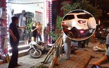 Hà Nội: Ô tô đâm đổ cây và xe máy trên vỉa hè rồi bỏ trốn khỏi hiện trường